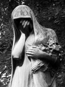 Crying_statue_peche_Lachaise_cemetery